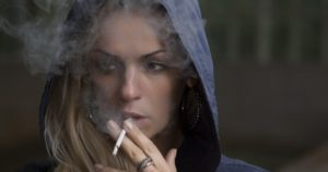 5 Causas que relacionan el cigarro y las enfermedades oculares