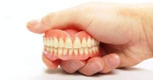 ¿Cómo deben ser tus cuidados con una dentadura postiza?