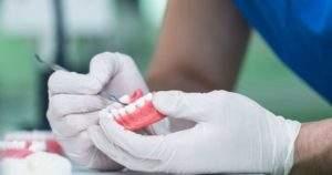 Tipos de adhesivos para prótesis dentales